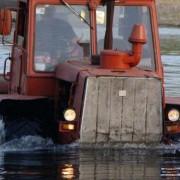 Водій впав у ставок разом із трактором