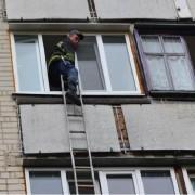Матір та дітей закрила на балконі, а сама втекла з грошима