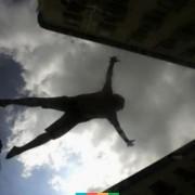 В Івано-Франківську з вікна сьомого поверху випав 24-річний хлопець. Юнак загинув на місці події