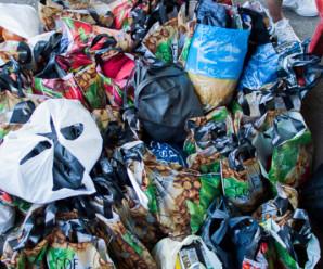 Благодійники просять допомогти одягом та їжею для безхатьків