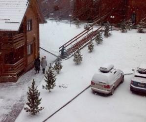 Доки Карпати засипає снігом, екстремали спускаються з Говерли на сноубордах (фото+відео)