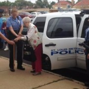 У США заарештували 102-річну бабусю. ФОТО