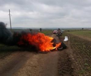 У прикарпатському селі – польовий мітинг із палаючими шинами