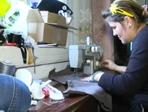 На Прикарпатті переселенка з Донбасу заробляє на виготовленні м'яких ведмедиків