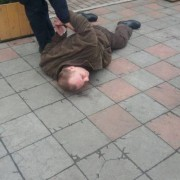 В Івано-Франківську затримали чоловіка, який зірвав прапор України біля вокзалу. ФОТО