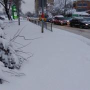 Через неприбрані від снігу тротуари франківці ходять по дорозі (ФОТО)