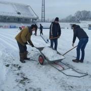 """Футбольні вболівальники розчистили стадіон """"Рух"""" від снігу (ФОТО)"""