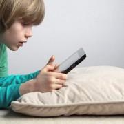 Вчені: мобільні пристрої не повинні знаходиться в спальні дитини