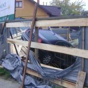 """Карколомна ДТП в Ужгороді: """"Шкода"""" проломила дерев'яний паркан і в'їхала на будмайданчик"""