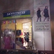 У Луцьку п'янюча дівчина на джипі розтрощила вітрину торгового центру. ФОТО