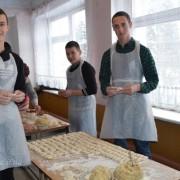 У Рогатині студенти і волонтери приготували 240 літрів вареників для українських воїнів. ФОТО