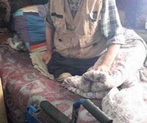На Прикарпатті 85-річний інвалід без двох ніг мріє вийти з хати. ФОТО