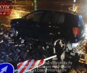 У центрі Києва автомобіль протаранив пам'ятник героям Небесної сотні