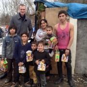 Депутат міськради зробив подарунки циганам, що живуть на березі Бистриці у Івано-Франківську (фото)