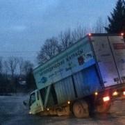 У Львові під вантажівкою провалився асфальт (фото)