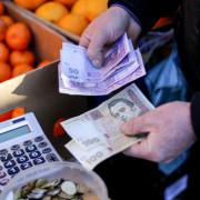 Українці витрачають на харчування майже половину своїх доходів