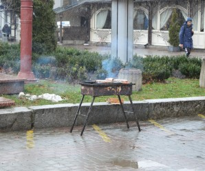 Іванофранківці просять мерію заборонити смажити шашлики в центрі міста