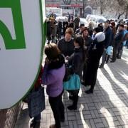Паніка Приватбанку: українці масово штурмують банкомати