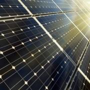 В центрі Франківська на даху будинку встановлюють сонячну електростанцію (відео)