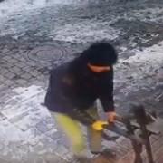 Франківець серед білого дня виламав ковані перила на вході до крамниці і втік (відео+фото)