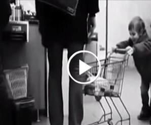 Хлопчик спеціально бив чоловіка візком по ногах. Те, що відбувається на 0:22, послужить йому уроком (відео)