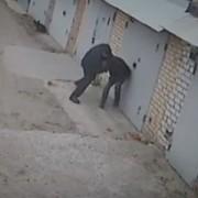 Повалили на землю та почали товкти. Одразу важко повірити, але били чоловіка патрульні поліцейські (відео)
