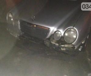 """Молодики на """"Мерседесі"""" знесли металеву огорожу в центрі міста й намагалися втекти (ФОТО)"""