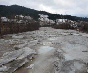 Нестримна потуга Черемоша: у Верховині зняли вражаючий льодохід. ФОТО, ВІДЕО