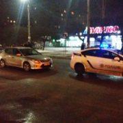 """Вечірня аварія у Франківську: біля ТЦ """"Велес"""" автомобіль на пішоходному збив 21-річну дівчину (фото)"""