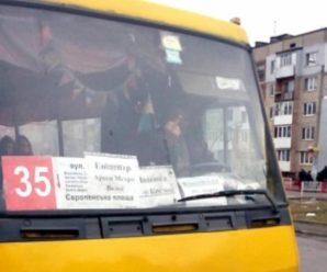 """""""Я же стояв на світлофорі з відкритими дверима треба було підбігти"""", – у Франківську водій маршрутки хоче аби пасажири заскакували в автобус на ходу"""