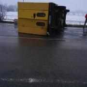 Через слизьку дорогу на Прикарпатті перекинулась вантажівка (фото)
