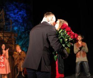 Франківець романтично освідчився коханій у драмтеатрі після вистави. ВІДЕО
