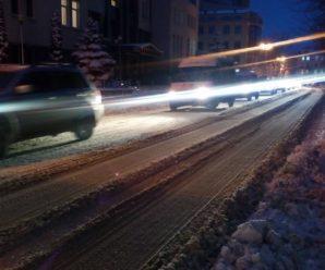 Франківчани обурюються через нечищені від снігу дороги (фото)