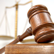 В Івано-Франківську мерія подала до суду на жінку за самостійний ремонт дороги