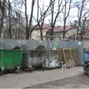 Дикий сморід та повна антисанітарія: в Івано-Франківську поряд з дитячим майданчиком панує повний хаос (відео)