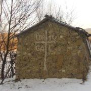 На Прикарпатті в лісі оселився відлюдник, якого побоюються мешканці села. ФОТО