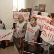 Активісти вимагають імпічменту Порошенко і блокують приймальню Кабміну. Фото