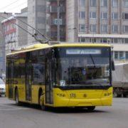 П'яний франківець розбив головою вікно тролейбуса