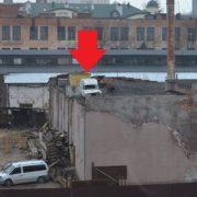 """У Франківську на даху одного з цехів заводу """"Промприлад"""" заховали автомобіль (фотофакт)"""
