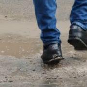 До кінця місяця комунальники почистять місто від болота, яким вони засипали його взимку