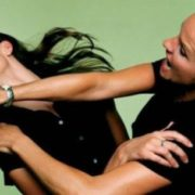 Розлючена жінка розгромила бар, застукавши чоловіка з коханкою (відео)