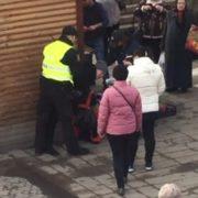 Поліція в дії… Затримують жінку за торгівлю у невстановленому місці. Дуже неприємні враження… (відео)