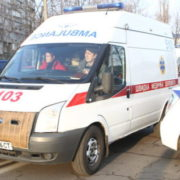 Під Києвом молода дівчина впала з 14-го поверху на дах авто