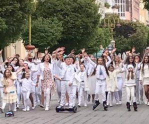 Десятки дітей рано-вранці в середмісті знімали кліп до Дня міста. ФОТО, ВІДЕО