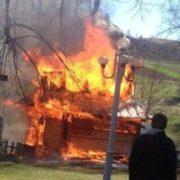 Перестарались: прибираючи територію церкви, прикарпатці спалили старовинну дзвіницю