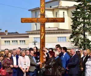 Як Марцінків, Сич та Анушкевичус несли хрест на всеміській Хресній Дорозі (фото)