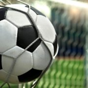 Курйоз туру: український воротар під час гри потрапив м'ячем у тролейбус (відео)