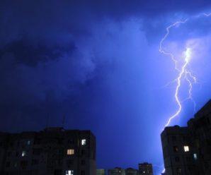 Журналіста вдарила блискавка, коли він розповідав про погоду (відео)