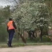 Нові стандарти підмітання: франківський комунальник прибирає тротуар, а сміття висипає поруч в траву. ВІДЕО