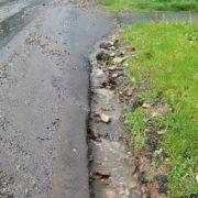 """У Калуші від сильної зливи на одній із вулиць """"поплив"""" асфальт (фотофакт)"""